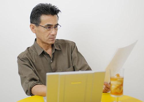 パソコン作業やデスクワーク時に中近用レンズの老眼鏡の特長