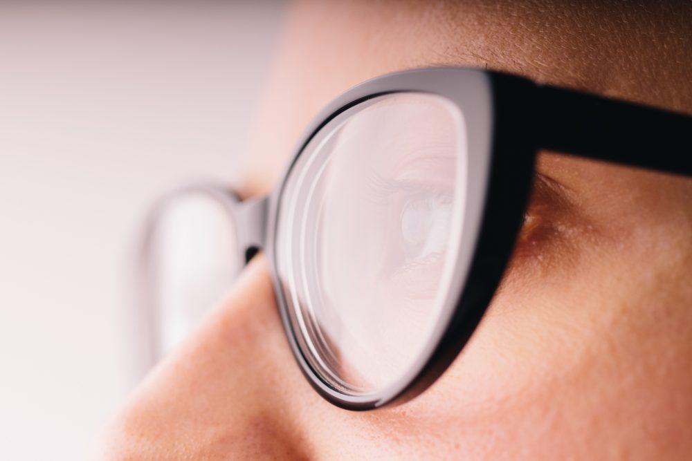 老眼鏡の選び方の基準は、まず度数と軽さが大切です。
